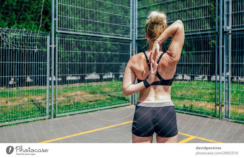 Sportlerin bei der Armstreckung Lifestyle Körperpflege Sommer Mensch Frau Erwachsene Arme Hand Finger Fitness sportlich authentisch muskulös stark unkenntlich