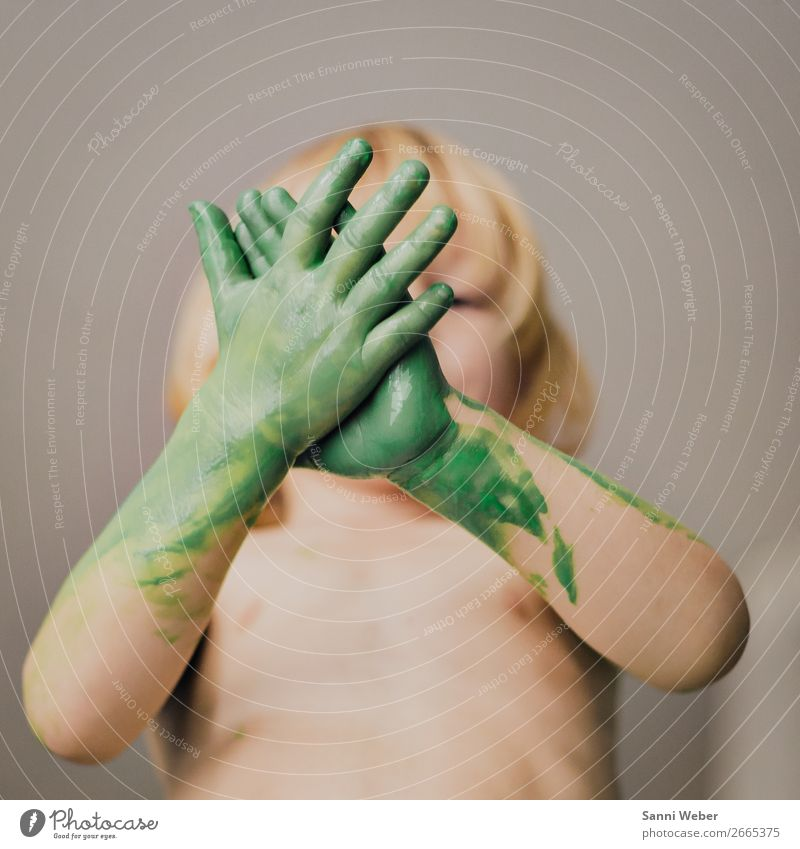 childrens hand Kind Mensch grün Hand Leben Bewegung Junge Haare & Frisuren Kopf maskulin Körper Kindheit Haut Arme Finger Warmherzigkeit