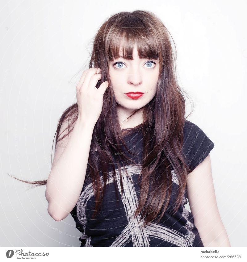 Dunkelhaarige Frau feminin Erwachsene 1 Mensch 18-30 Jahre Jugendliche brünett langhaarig Pony Erotik Farbfoto Studioaufnahme Hintergrund neutral Kunstlicht