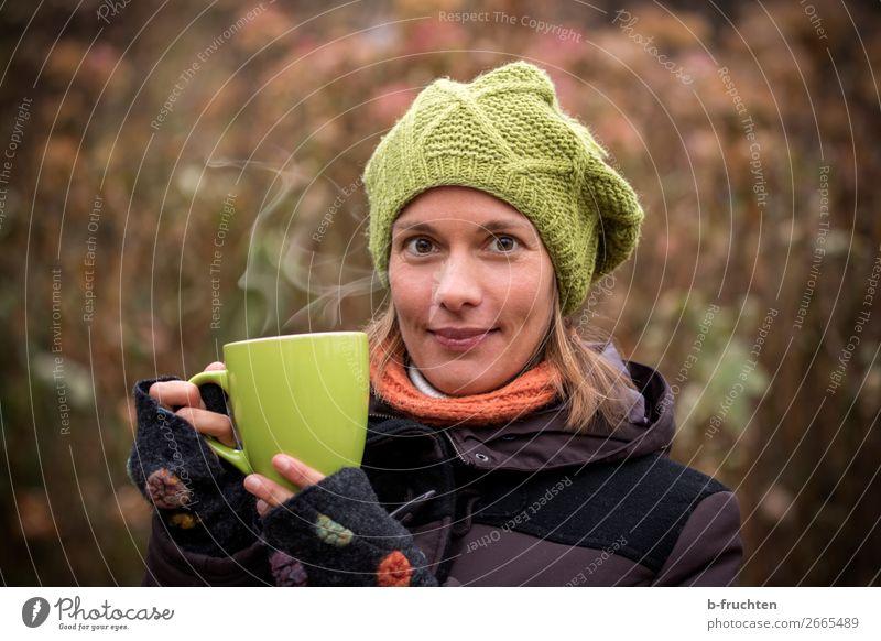 Kalte Jahreszeit - Teezeit Getränk Heißgetränk Kaffee Tasse Gesunde Ernährung Frau Erwachsene Gesicht Hand 1 Mensch Herbst Winter Mantel Schal Mütze gebrauchen