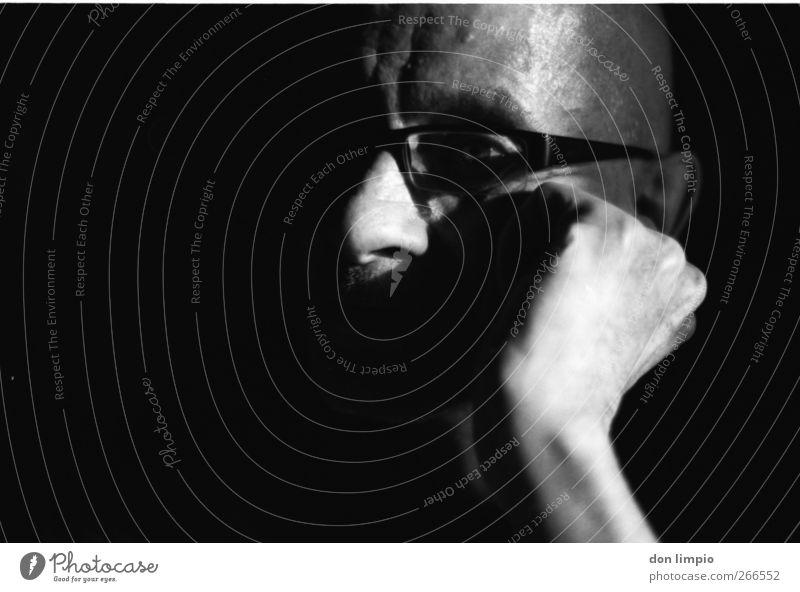 sonntagsprogramm Mann alt Hand weiß schwarz Erwachsene dunkel Senior Kopf träumen Stimmung maskulin Brille nah 60 und älter Gelassenheit