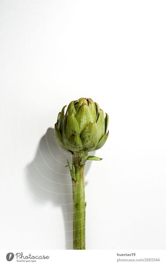 Frische rohe Artischocken. Auf weißem Hintergrund. Lebensmittel Gemüse Ernährung Vegetarische Ernährung Diät Gesunde Ernährung natürlich oben grün Entzug