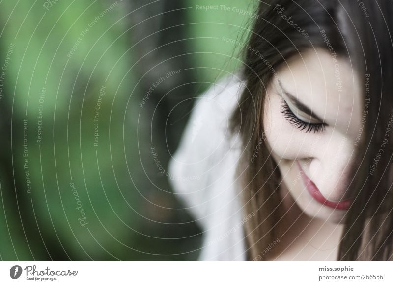 the smell of spring. Jugendliche grün schön Gesicht Auge feminin Leben Haare & Frisuren Glück träumen Zufriedenheit Junge Frau Lächeln Gelassenheit genießen