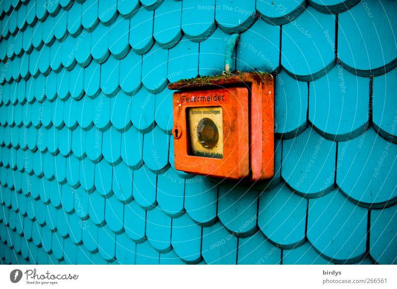 brennt`s ? alt blau Farbe rot Wand Mauer außergewöhnlich Fassade leuchten ästhetisch Perspektive Schutz Sicherheit lang positiv Nostalgie