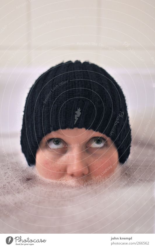 unsinkbar Badewanne feminin Junge Frau Jugendliche Gesicht 1 Mensch 18-30 Jahre Erwachsene Mütze Schwimmen & Baden Coolness lustig trashig schwarz weiß