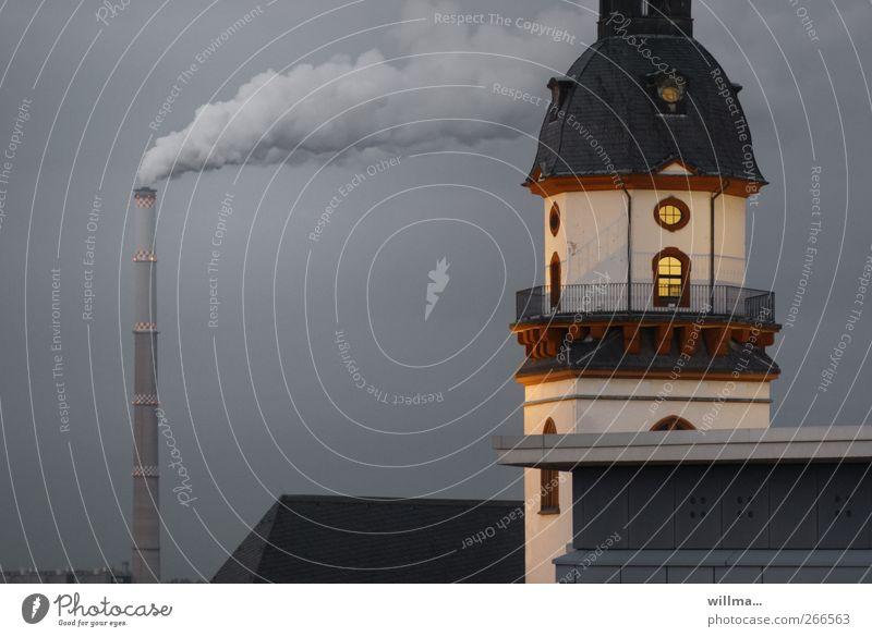 Turm von historischem Rathaus mit rauchendem Schornstein im Hintergrund Bauwerk Gebäude Fenster Dach Umweltverschmutzung Lichtschein Rauch Geländer Menschenleer