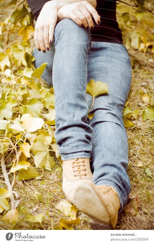 entspannt. Mensch ruhig Erholung feminin Beine Zufriedenheit sitzen Lebensfreude Wohlgefühl harmonisch Frühlingsgefühle