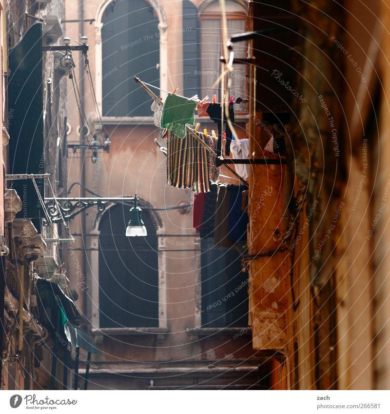 Venedig Häusliches Leben Haus Italien Dorf Altstadt Fassade Fenster Gasse T-Shirt Wäsche Wäscheleine Sauberkeit braun Waschen Farbfoto Außenaufnahme