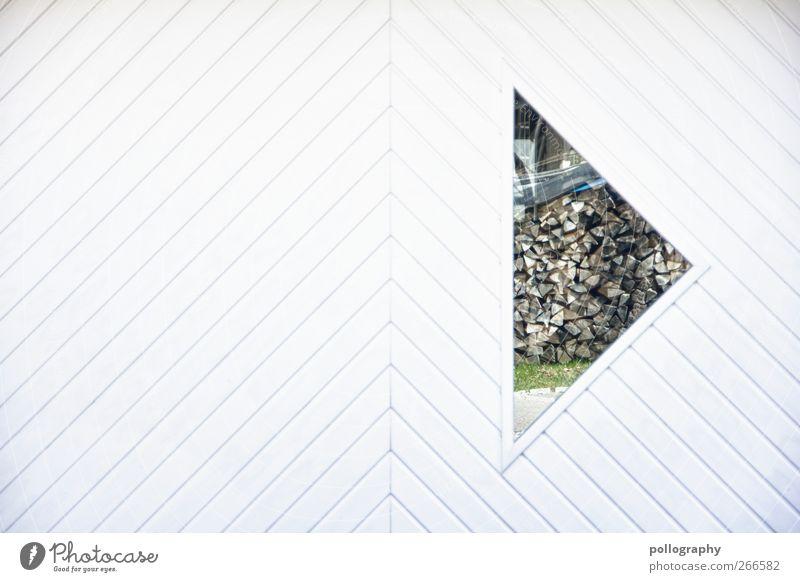 ordentlich Holz vor der Hütte Haus Mauer Wand Fassade Garten Fenster Garage Spiegel Zeichen Design Brennholz Holzwand Spiegelbild Rasen Holzbrett Dreieck weiß