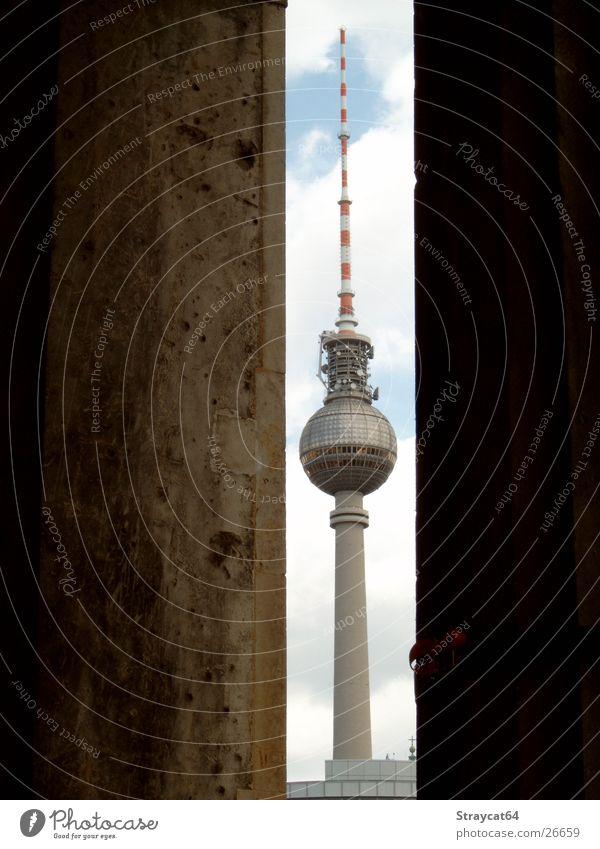 Berlin - Fernsehturm Himmel Wolken Graffiti Architektur Säule Museum Berliner Fernsehturm