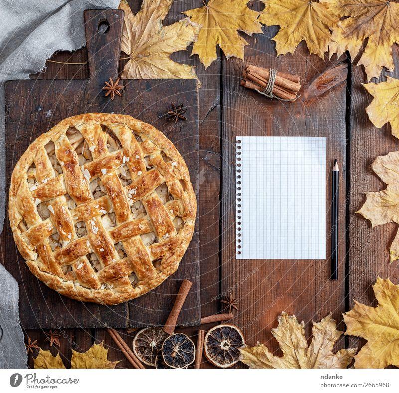 gebackene ganze runde Apfelkuchen Frucht Dessert Süßwaren Tisch Küche Erntedankfest Herbst Blatt Holz Essen frisch oben braun gelb Tradition Schot fallen