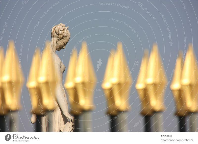 Kopf hoch! Kunstwerk Skulptur Zaun Gold Linie Pfeil ästhetisch Sorge Trauer Einsamkeit Farbfoto Außenaufnahme Textfreiraum oben Schwache Tiefenschärfe Porträt
