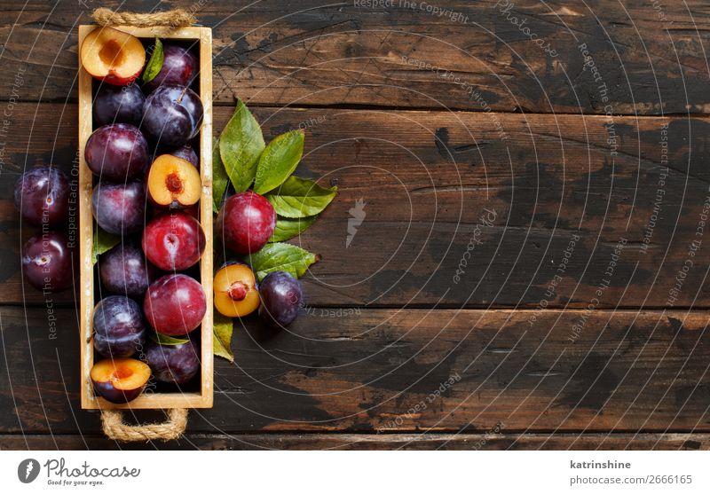 Frische Pflaumen mit Blättern Frucht Ernährung Vegetarische Ernährung Diät Sommer Tisch Herbst Blatt Holz dunkel frisch saftig braun purpur roh reif Ackerbau