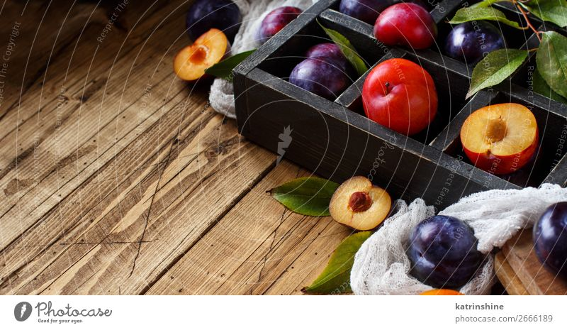 Frische Pflaumen mit Blättern Frucht Ernährung Vegetarische Ernährung Diät Schalen & Schüsseln Sommer Tisch Herbst Blatt Holz frisch saftig braun purpur roh