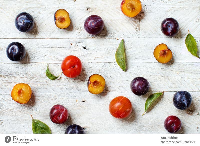 Frische Pflaumen mit Blättern Frucht Ernährung Vegetarische Ernährung Diät Sommer Tisch Herbst Blatt Holz frisch saftig purpur roh reif Ackerbau süß Vitamine