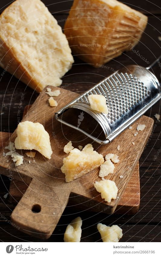 Gereifter Parmesankäse Käse Holz alt dunkel braun gelb parmiggiano geschreddert Molkerei Lebensmittel Feinschmecker Hartkäse Zutaten Italienisch Reibeisen