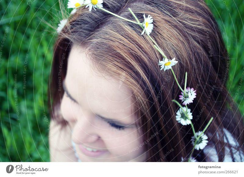 Frühlingsgefühle Mensch Natur Jugendliche weiß grün schön Pflanze Gesicht Erholung Umwelt Wiese feminin Leben Freiheit Haare & Frisuren