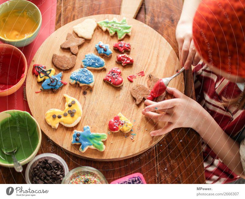 aus der backstube Kind 1 Mensch Duft backen Weihnachten & Advent Keks mehrfarbig Hand Weihnachtsgebäck lecker Farbfoto Innenaufnahme