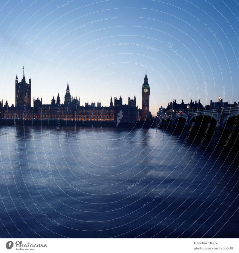 London 6am kalt Stimmung nass frisch Brücke Turm Fluss Wahrzeichen Hauptstadt Sehenswürdigkeit Themse Big Ben Westminster Abbey Westminster Bridge