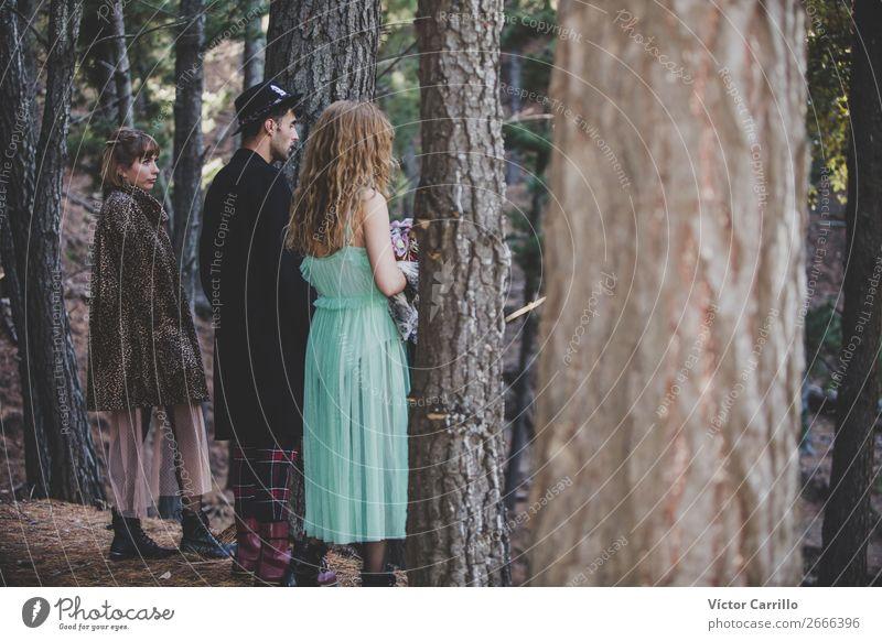 Eine Gruppe von Freunden, die im Wald stehen. Lifestyle elegant Design exotisch schön Mensch feminin Mädchen Junge Frau Jugendliche Junger Mann Umwelt Natur