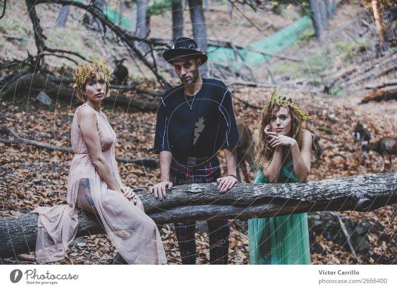 Eine Gruppe von Freunden, die im Wald stehen. Lifestyle elegant schön Mensch maskulin feminin androgyn Junge Frau Jugendliche Erwachsene 3 18-30 Jahre Umwelt