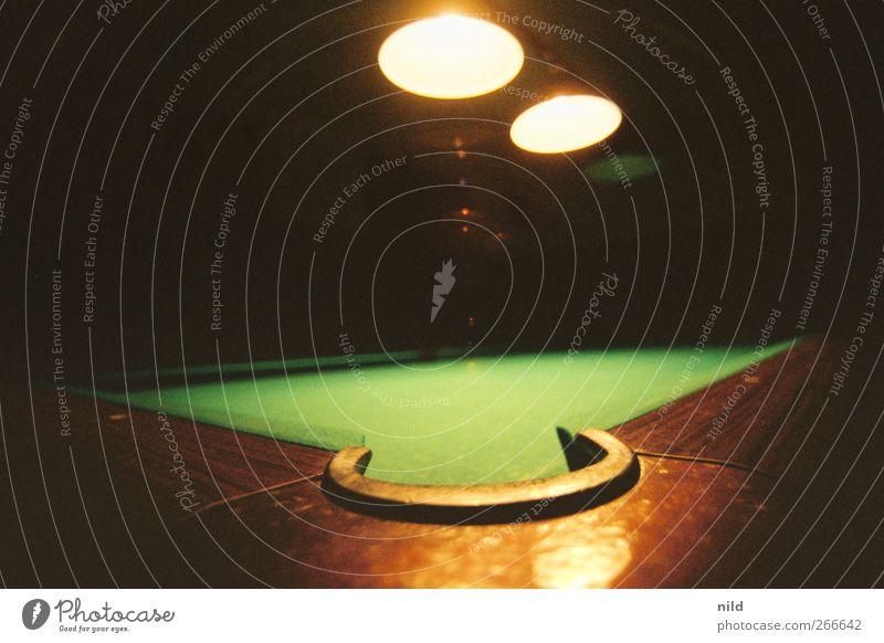 Billard Freizeit & Hobby Spielen Nachtleben ausgehen Billardtisch braun grün Poolbillard Filz Holz Farbfoto Innenaufnahme Nahaufnahme Licht Schatten