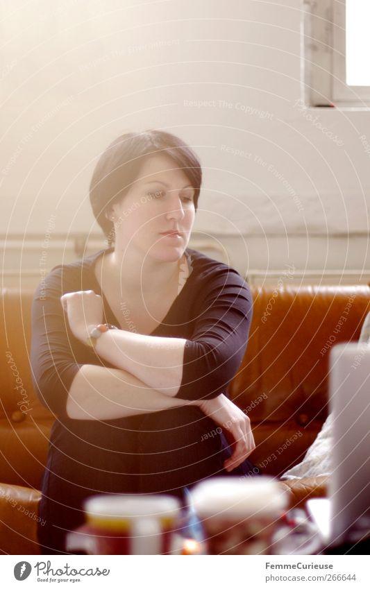 Chillin II. feminin Frau Erwachsene 1 Mensch 18-30 Jahre Jugendliche Erholung Gelassenheit ruhig Sofa sitzen Pause Denken nachdenklich beobachten Notebook