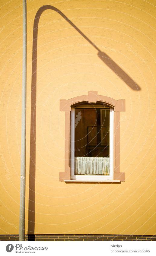 indirekte Beleuchtung Altbau Mauer Wand Fassade Fenster leuchten ästhetisch außergewöhnlich elegant gelb standhaft Stadt Straßenbeleuchtung gekrümmt erleuchten