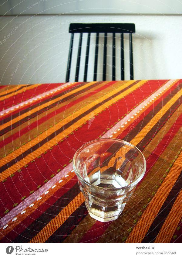 Prost! Ernährung Feste & Feiern Raum Wohnung Glas Tisch verrückt Häusliches Leben Getränk gut Streifen Küche trinken Kot Geschirr Wohnzimmer