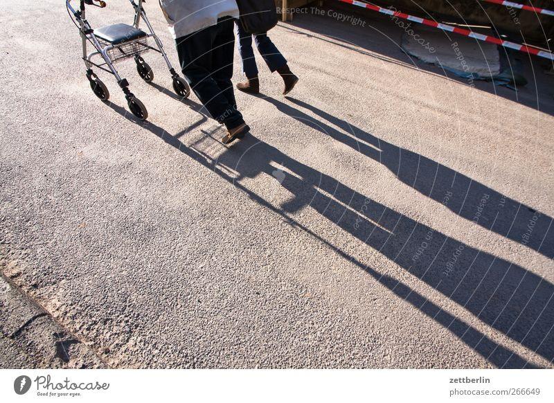 Spaziergang Mensch Stadt Senior Bewegung Beine gehen laufen Hilfsbereitschaft 60 und älter Großvater Generation Behinderte Kleinstadt Begleiter schieben