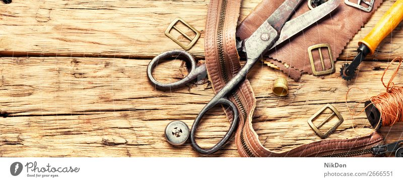 Werkzeuge eines Gerbers zur Bearbeitung von Leder Handwerk handgefertigt manuell Arbeit Werkstatt Basteln Schuster Reparatur alt Hobby Herstellung