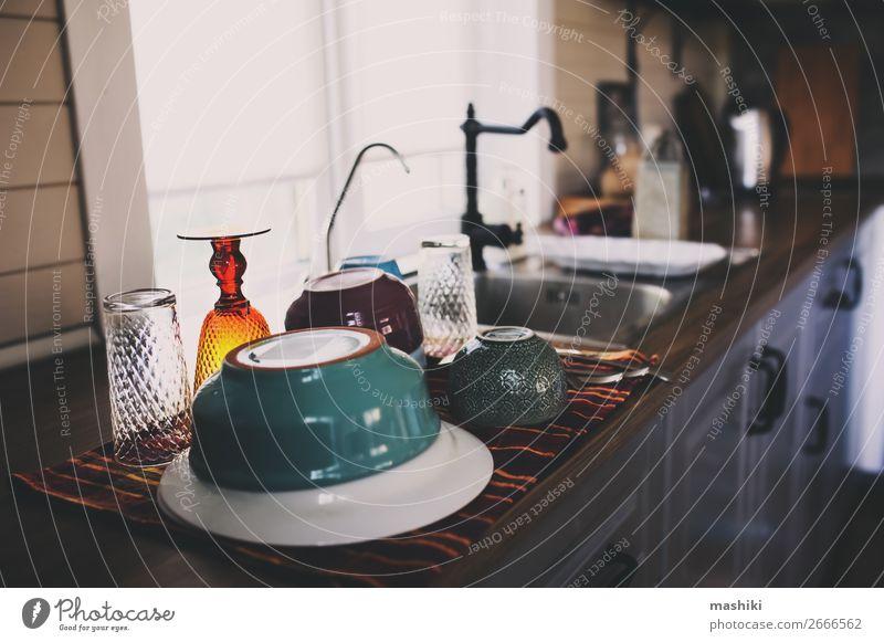 sauberes Geschirr in der modernen Küche. Waschplatten Teller Schalen & Schüsseln Löffel Lifestyle Haus Tisch Arbeit & Erwerbstätigkeit dreckig nass Sauberkeit