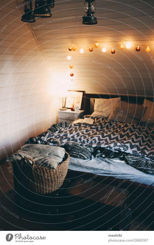 rustikales Schlafzimmer mit Abendlicht in einem modernen Ferienhaus Lifestyle Stil Design Erholung Winter Haus Dekoration & Verzierung Möbel Lampe Hütte Holz