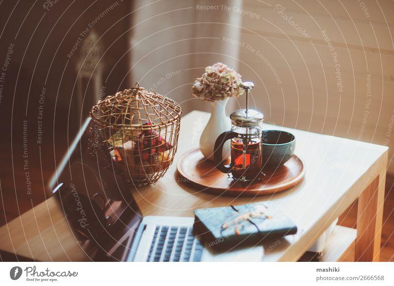 Entspannen zu Hause mit Laptop, heißem Tee Frühstück Lifestyle Stil Leben Erholung Winter Tisch Arbeitsplatz Business Computer Notebook Technik & Technologie
