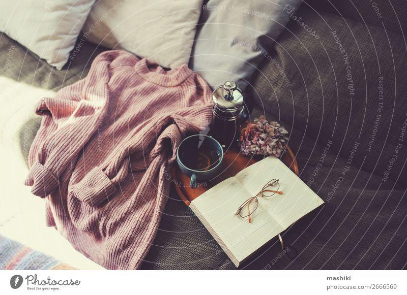 Landhaus Wohnzimmer Inneneinrichtung Details. Tee Lifestyle Stil Design Erholung Freizeit & Hobby Winter Wohnung Haus Dekoration & Verzierung Möbel Sofa Buch