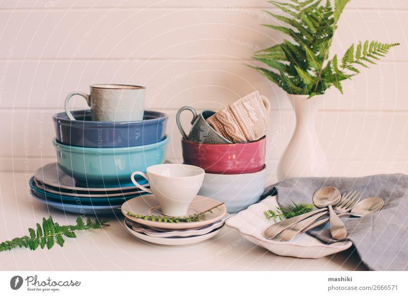 natürliches Geschirr auf Holzuntergrund. Abendessen Teller Schalen & Schüsseln Besteck Stil Design Sommer Tisch Küche Sammlung Sauberkeit grün weiß Farbe