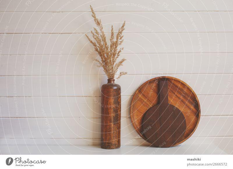 Set aus rustikalen Schneidebrettern und brauner Keramikvase Design Tisch Küche Handwerk Holz alt dunkel natürlich retro weiß Tradition Holzplatte Hintergrund