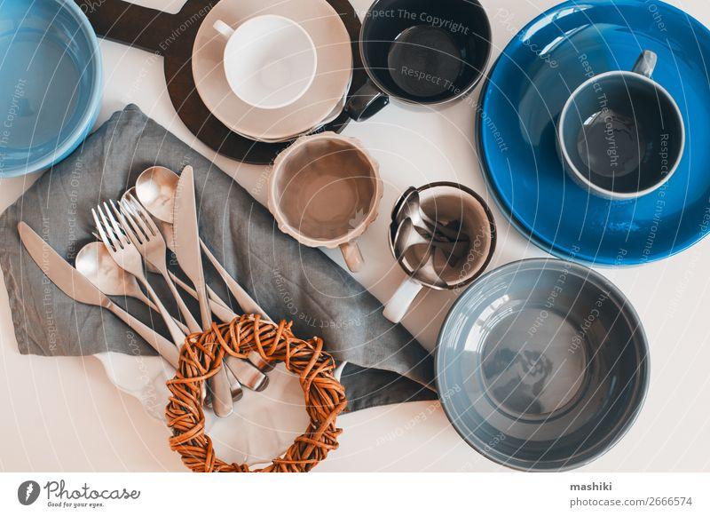 Draufsicht auf Keramikgeschirr und Besteck Abendessen Geschirr Teller Schalen & Schüsseln Stil Design Tisch Küche Sammlung außergewöhnlich modern Sauberkeit