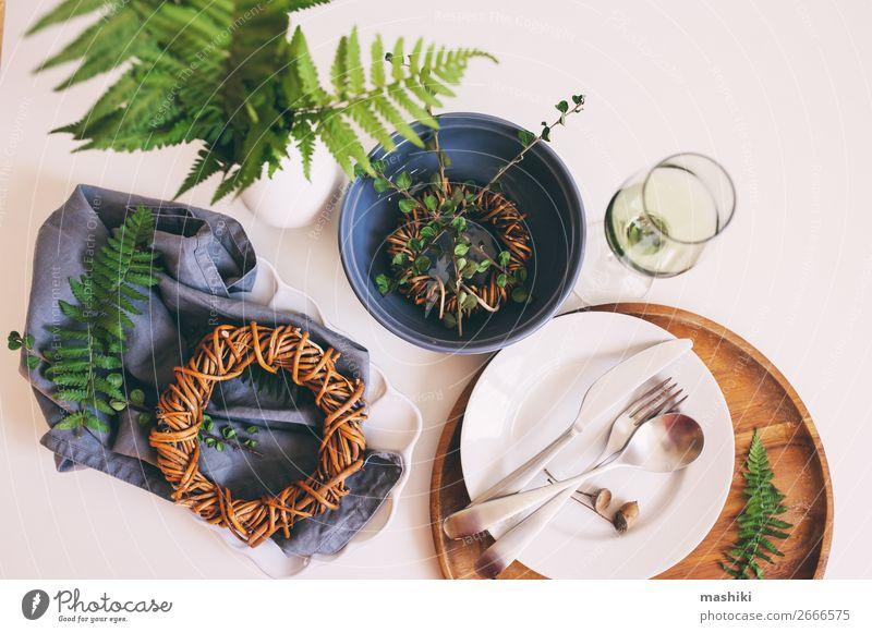 rustikale Tischdekoration im natürlichen Waldstil Abendessen Geschirr Teller Besteck Gabel Löffel Stil Dekoration & Verzierung Küche Restaurant Hochzeit alt