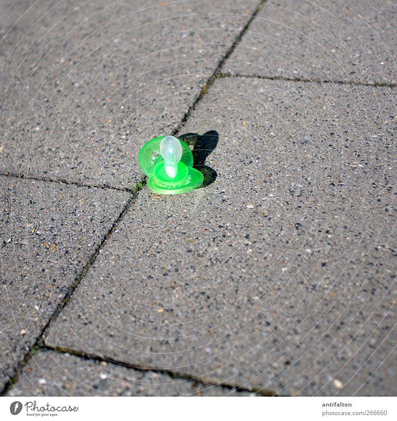 Wegwerfmodell grün Stadt Straße grau Stein Kunststoff Lebensfreude Wachsamkeit Stadtzentrum Sorge Kindererziehung Pflastersteine Spielplatz Altstadt verlieren Verantwortung