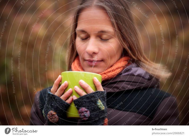 Frau mit Tasse, draussen trinken Heißgetränk Kaffee Tee Glühwein Becher Wohlgefühl Zufriedenheit ruhig Erwachsene Gesicht Finger 1 Mensch Herbst Park Wald