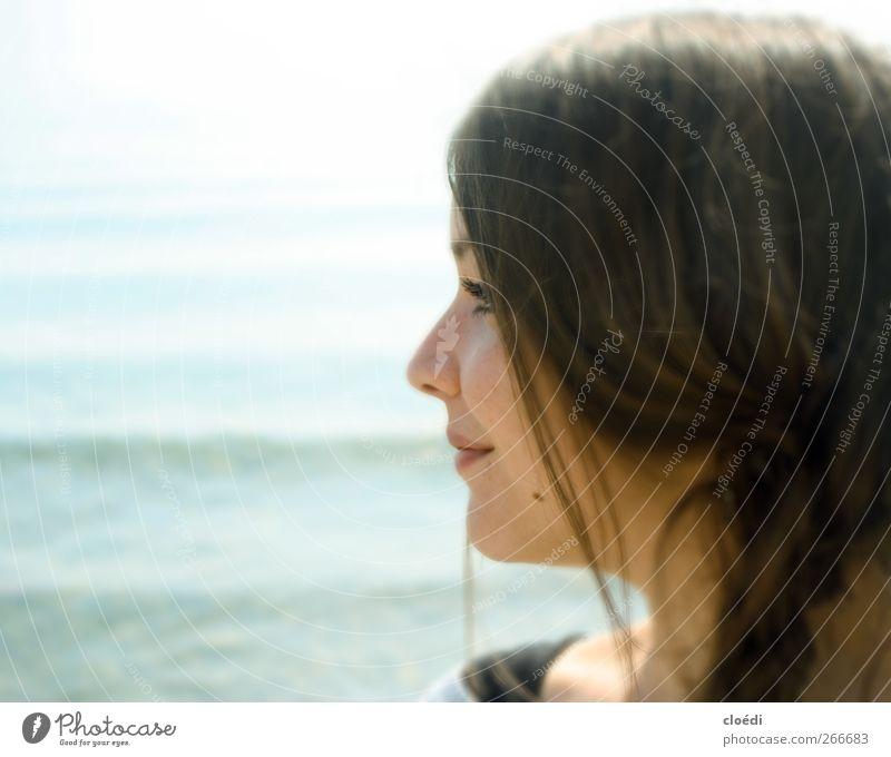 rückblickend Jugendliche Wasser Erwachsene feminin Kopf See träumen Zufriedenheit Junge Frau 18-30 Jahre Warmherzigkeit Lächeln Seeufer Lebensfreude