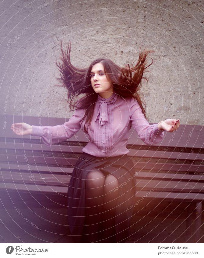 Shake it! feminin Junge Frau Jugendliche Erwachsene Kopf Haare & Frisuren Arme Beine 18-30 Jahre Bewegung elegant Mode langhaarig glatte Haare hochwerfen Bluse