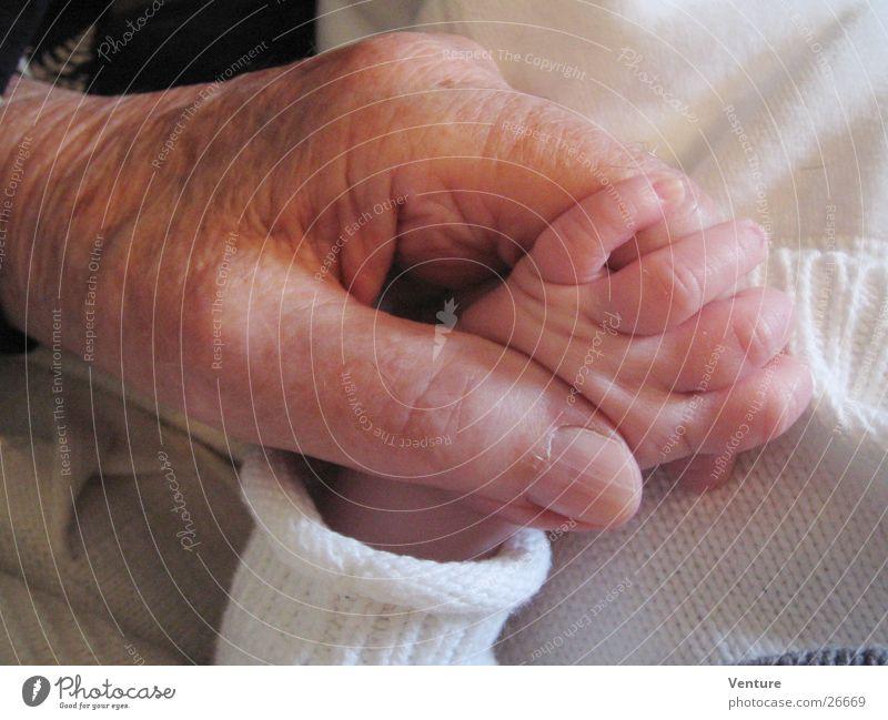 Generationenvertrag Mensch Mann Hand Senior Baby Finger Kontakt Vertrauen fangen berühren festhalten Verschiedenheit Generation Gegenteil