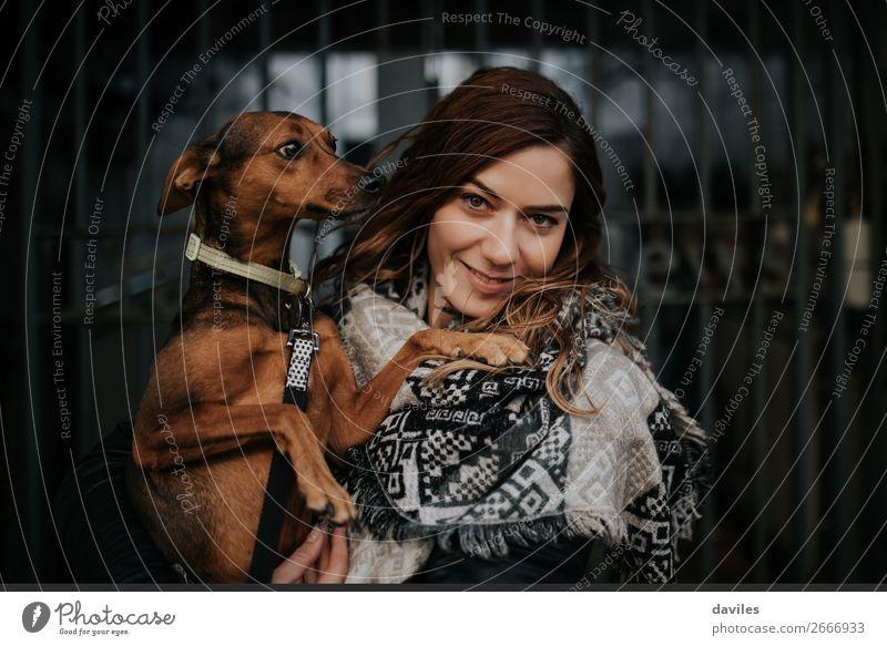 Liebende Haustiere Lifestyle Freude Mensch feminin Junge Frau Jugendliche Erwachsene Freundschaft 1 30-45 Jahre Stadt Tür Straße Schal Tier Hund Lächeln Umarmen