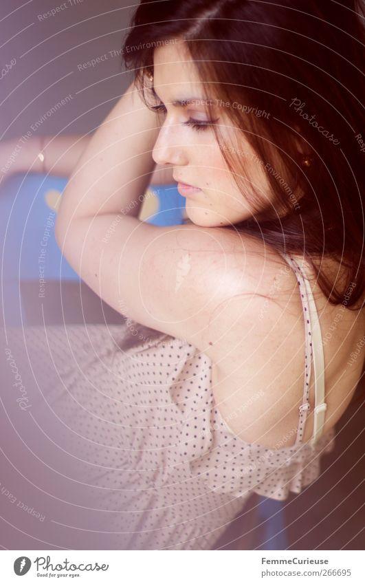 Brunette beauty VIII. Mensch Frau Jugendliche schön Erwachsene Erholung feminin träumen elegant Junge Frau 18-30 Jahre Lifestyle nachdenklich einzigartig Stuhl Kleid