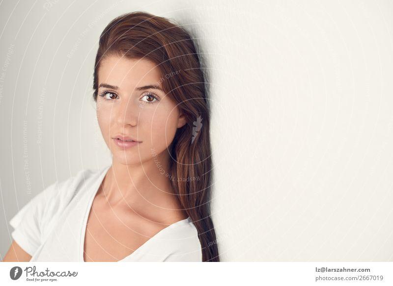 Porträt einer schönen jungen Frau, die denkt. Lifestyle Glück Körper Haut Gesicht Schminke Behandlung Erwachsene 1 Mensch 18-30 Jahre Jugendliche blond glänzend