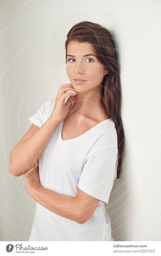 Porträt einer schönen jungen Frau, die denkt. Lifestyle Glück Haut Gesicht Schminke Behandlung Erwachsene 1 Mensch 18-30 Jahre Jugendliche brünett glänzend