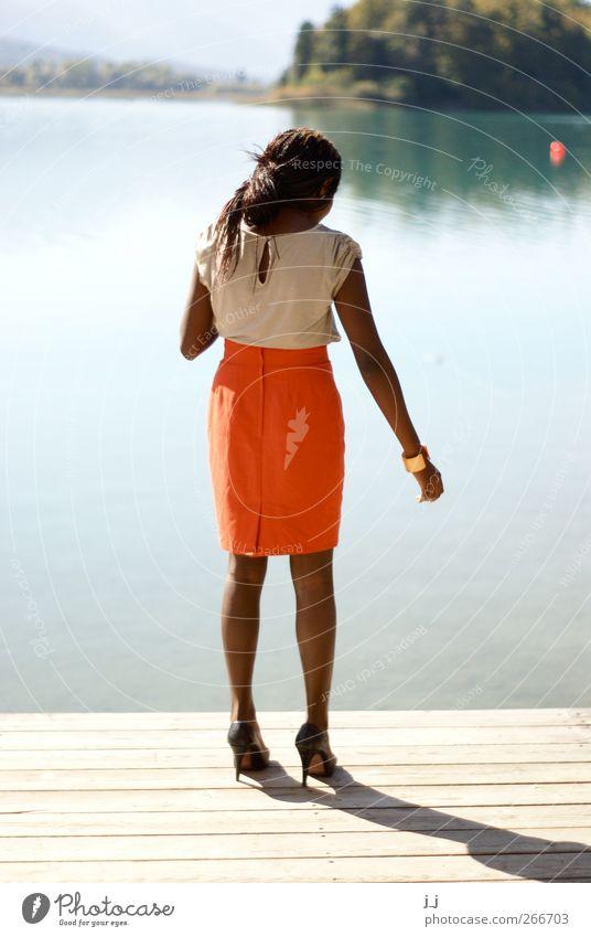 on the edge feminin Junge Frau Jugendliche 1 Mensch 18-30 Jahre Erwachsene Landschaft Wasser Schönes Wetter Küste See Steg Rock Damenschuhe stehen elegant