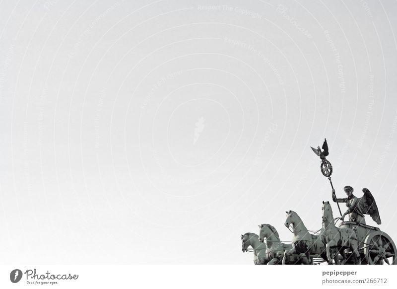 Freiheit feminin Körper 1 Mensch Skulptur Hauptstadt Stadtzentrum Skyline Tor Bauwerk Architektur Sehenswürdigkeit Wahrzeichen Denkmal Fahrzeug Pferd 4 Tier